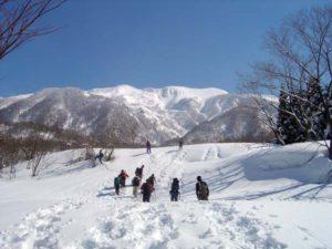 晴れ渡った青空の元、高さ3メートル以上もある雪の原っぱを、かんじきをはいてどんどんと歩く。