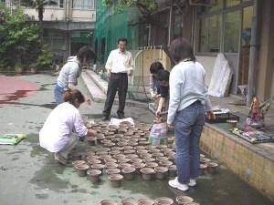植木鉢は、IT企業が社員のウール製の制服をリサイクルして作った、自然の中で分解するものです。