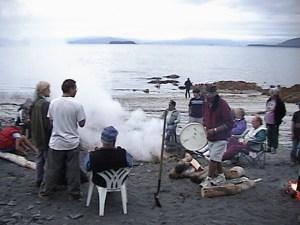アラスカのユピック民族の伝統太鼓作り