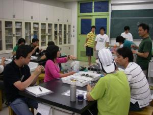 講義終了後、黒川講師から八丈島で採ったテングサでつくったところてんをいただき、歓談しているところ