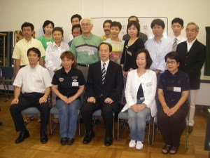 終了証を授与していただいた後、武井雅昭区長(前列中央)を囲み、受講生全員で集合写真を撮りました