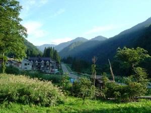 9月の清水。青々とした植物が山と谷とを覆っています。これが冬になると4メートルを超す雪原になってしまうのです。