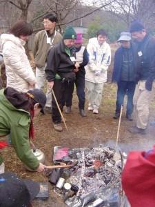 松ぼっくりなどを空き缶に入れ、たき火に投じて「花炭」が出来るのを待ちました。
