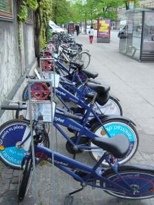 町の中に、丸に十の字の表示がある自転車スタンドがありました。これがレンタル自転車です。