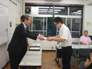 武井雅昭港区長から修了証の授与