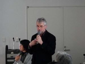 野外・環境教育の効果や地域とのつながりについて講義するヒギンズ氏。