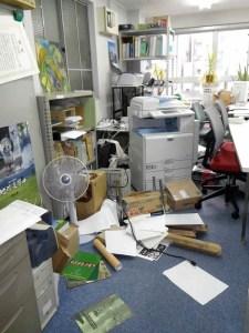 東京・神田の事務所の地震直後の様子。コピー機は飛び出し、書類が散乱するも、スタッフは無事