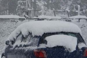 昨日の昼間から動かしていない車。15センチほどの雪が積もっています。