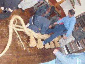 もうすぐ完成となるしめ縄。手前側がゾウの頭部分です。