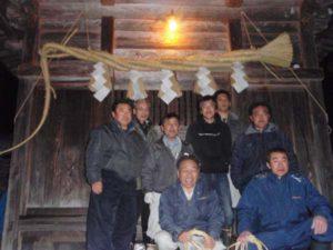 完成したしめ縄はすぐに神社にとりつけられました。