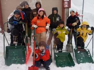 2日目午後は消防小屋のまわりや消火栓の雪かきをしました。スノーダンプを持つ姿もなかなかさまになっていました。