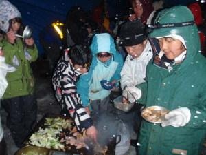 バーベキューも自分たちで料理して食べます。吹雪の中の料理は格別!