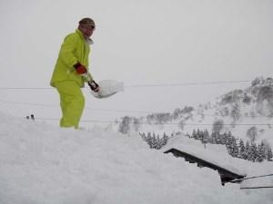 1月22-23日の「雪掘りと保存食講座」の参加者が、大雪とのニュースを聞いて、この週末(29-20日)も雪掘りに駆けつけてくれました。写真は、1メートル以上の積雪があった屋根の雪下ろし作業。この屋根の除雪は今季5回目で、前回は23日でした。