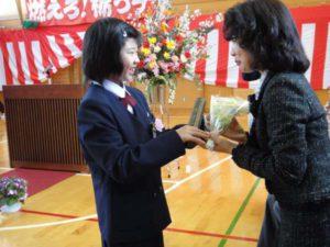 卒業生それぞれから保護者へ、感謝のメッセージと花束が送られました。