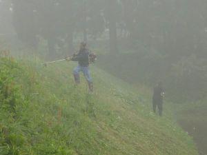 朝6時頃。霧の中での作業となりました。