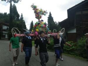 村の若い衆と一緒に、参加者も神輿を担ぎました。