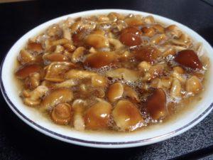 収穫したナメコを、みんなで調理して楽しみました。素ゆで、オムレツ、マーボ、豆腐のせ、油揚はさみ焼き、そして鍋。