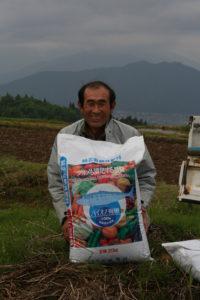 魚肉を使った有機肥料。価格は化学肥料の5倍。20kを7袋播きます。