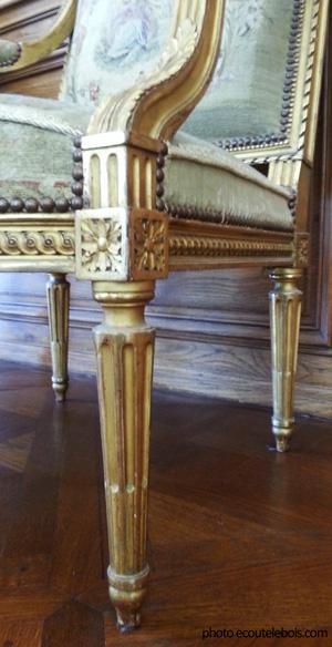 pied fuselé cannelé Louis XVI