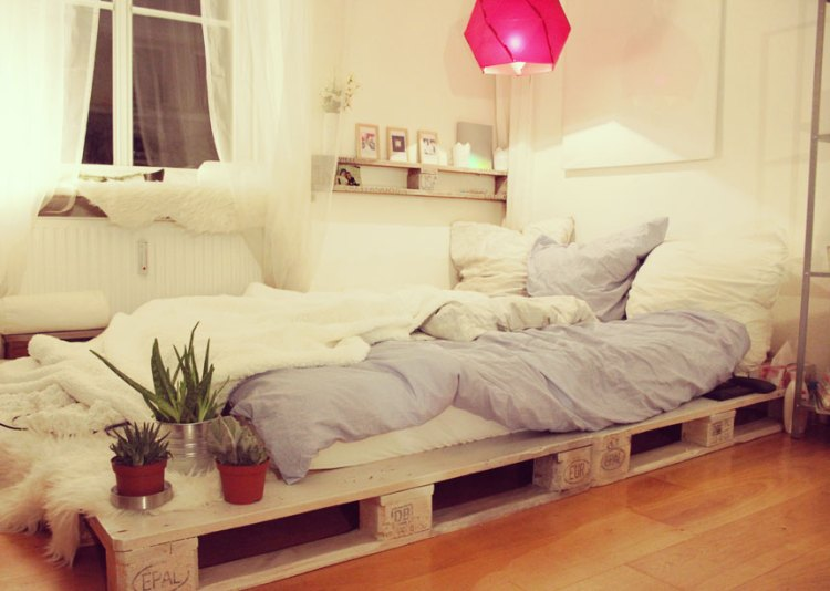 40 Creative Wood Pallet Bed Design Ideas » EcstasyCoffee on Pallet Bed Room  id=51074