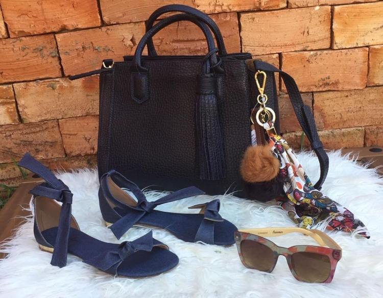 Navy blue is very chic and classic, an elegant composition with low sandal and big purse legí Leggings in navy blue patent leather, sandals jeans and bows, printed glasses with bamboo stem