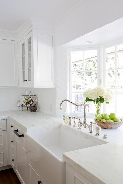 ... A Gorgeous Farmhouse Sink ...