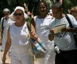 Damas de blanco junto a su vocero oficial, el agente de la Seguridad del Estado Carlos Manuel Serpa Maceira