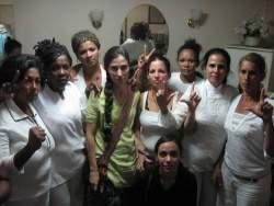 """Yoani Sánchez, de verde, en su función de """"Dama de Apoyo"""" de las Damas de Blanco"""