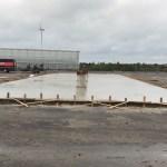 De betonplaat is gestort en moet nu een aantal weken uitharden.
