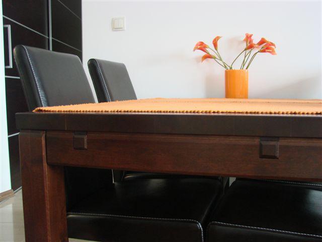 meble z litego drewna stół drewniany