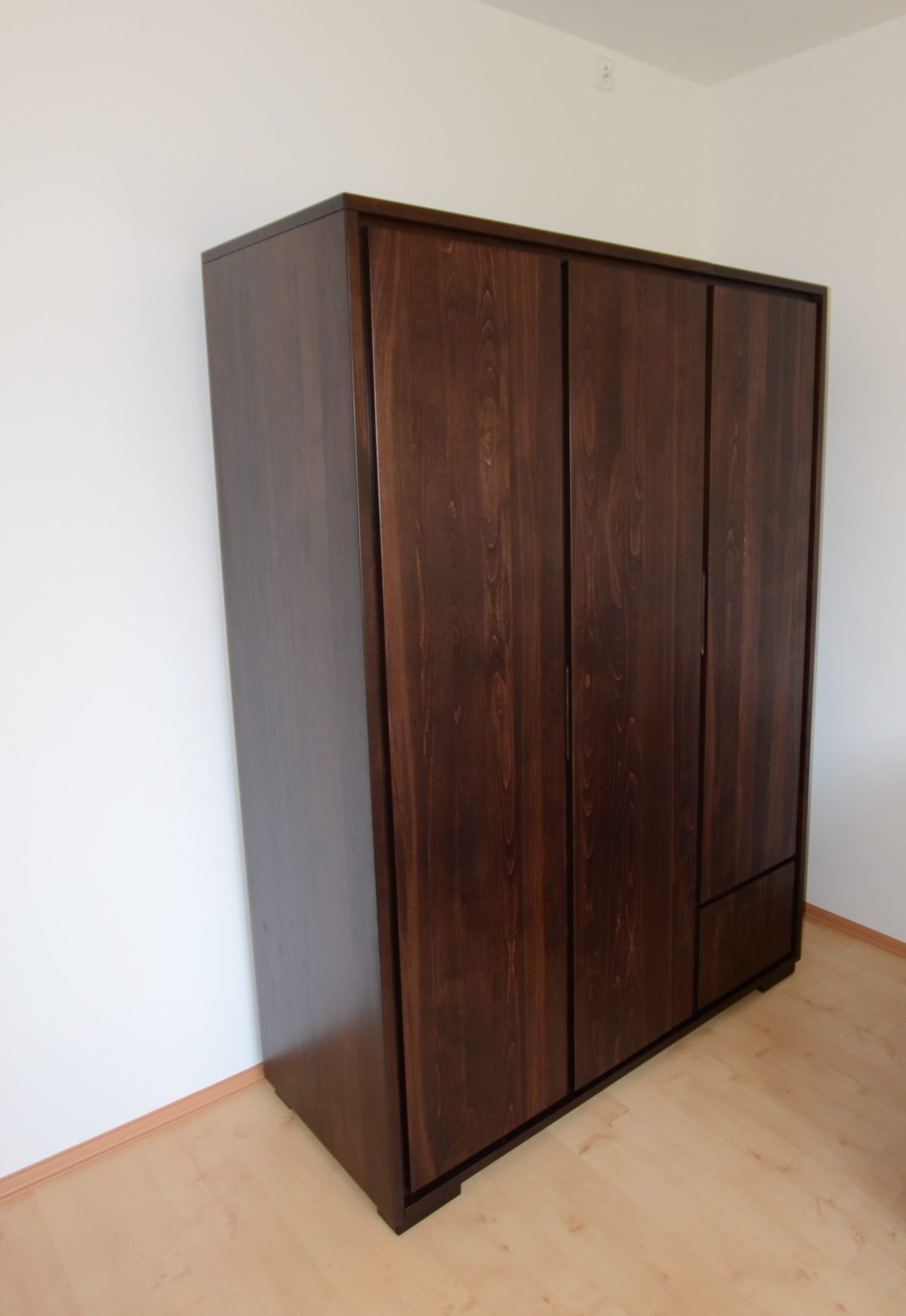 bukowa szafa trzydrzwiowa