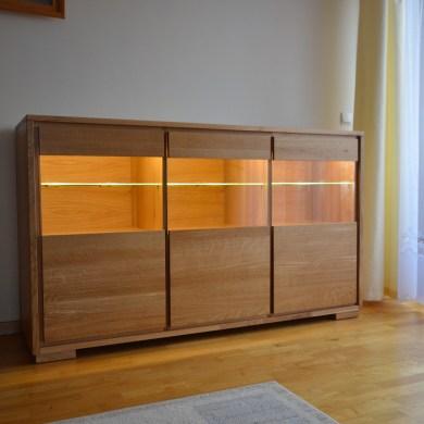 Witrynka dębowa trzydrzwiowa ze szklanymi drzwiami i oswietleniem