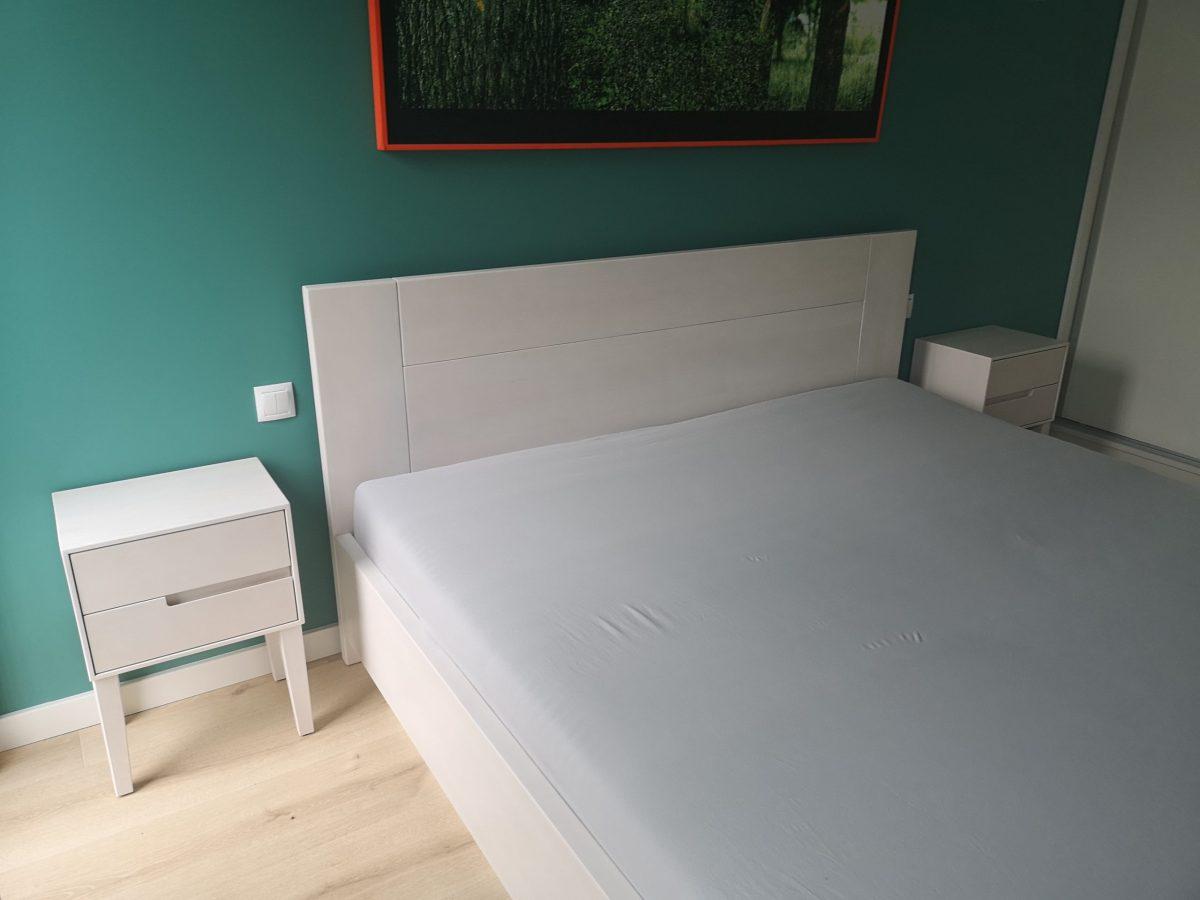 sypialnia z drewna bukowego na biało