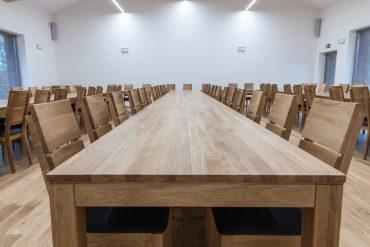 wyposażenie sali obrad w stoły i krzesła z drewna dębowego