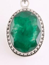 Bewerkte ovale zilveren hanger met smaragd