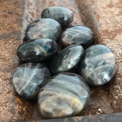 maansteen zwart zaksteen gepolijst