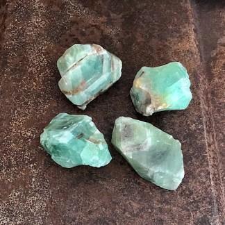 calciet groen ruwe brokjes mineralen