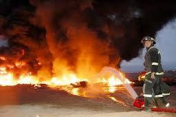 Durante tres horas bomberos lucharon contra incendio en fábrica de plásticos en Hospicio