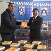 Academia Nacional de Bomberos entrega Guía de Emergencias a la Aduana de Iquique
