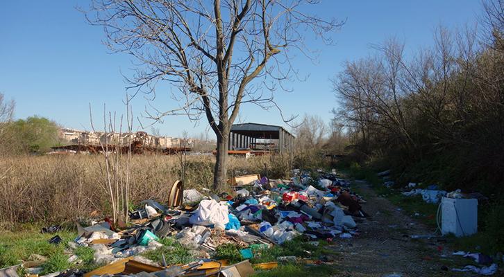 Degrado del Tevere: La discarica sorta nei pressi del viadotto della Magliana