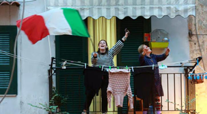 Epidemia Covid-19: gli italiani cantano per scacciare la paura