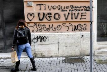 In via Orsini le fotografie e i messaggi lasciati dagli amici del giovane rapinatore morto