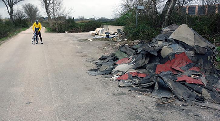La discarica scoperta dai ciclisti in via Angelo Vescovali