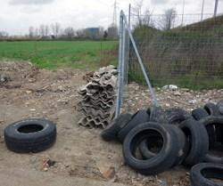 Eternit e copertoni abbandonati in via Angelo Vescovali