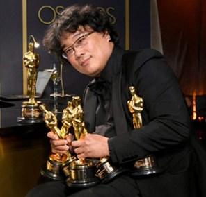 Joo-Ho Bong con i 5 Oscar di Parasite: Miglior film, film, straniero, regia sceneggiatura e montaggio