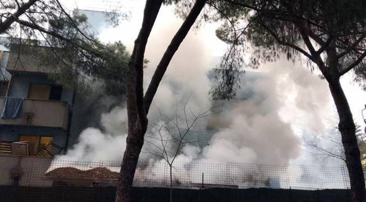 Torre Maura. L'incendio provocato dagli occupanti nella struttura di via Codirossi