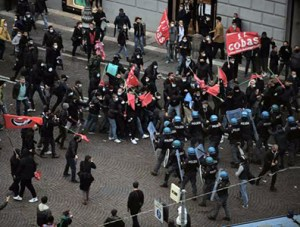 Scontri a Napoli. Gli incidenti di domenica davanti alla sede della Confindustria