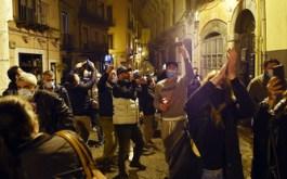 Dopo il Dpcm Conte. Proteste sotto casa di De Luca a Salerno