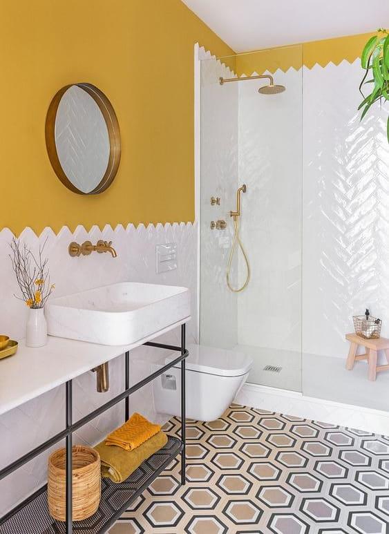 Bagno con pareti colorate di giallo