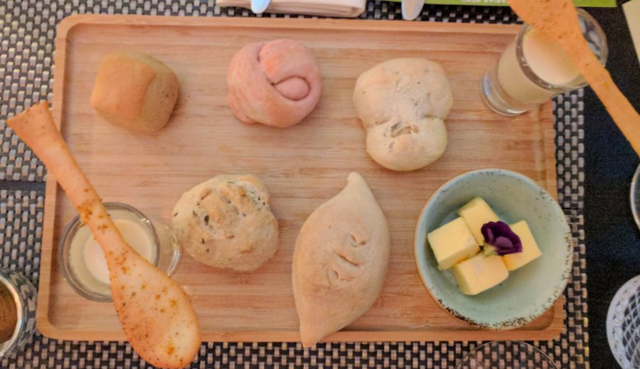Salsify espuma with six types of gin-inspired bread. Guess which one caught my eye?